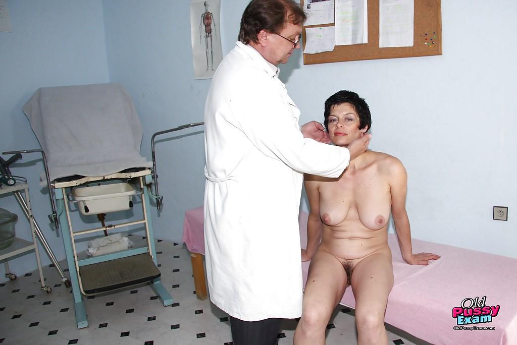 На рабочем месте гинеколог обследует лохматую пилотку опытной брюнетки