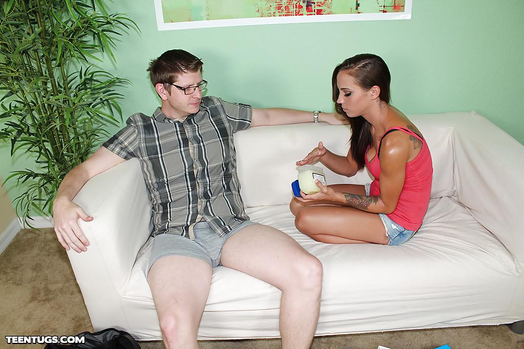 Девушка в шортиках дрочит чуваку сидящему на диване