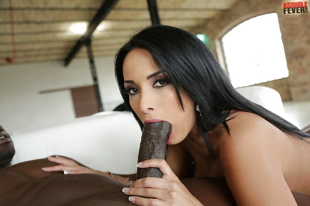 Голая брюнетка целует берет в рот длинный член негра у него дома
