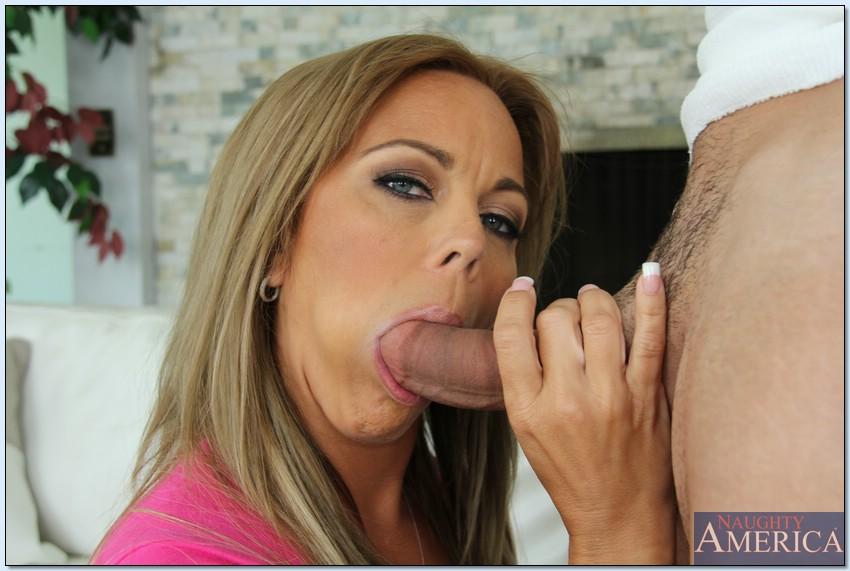 Мамочка с большим бюстом занимается сексом в киску с дядей на софе