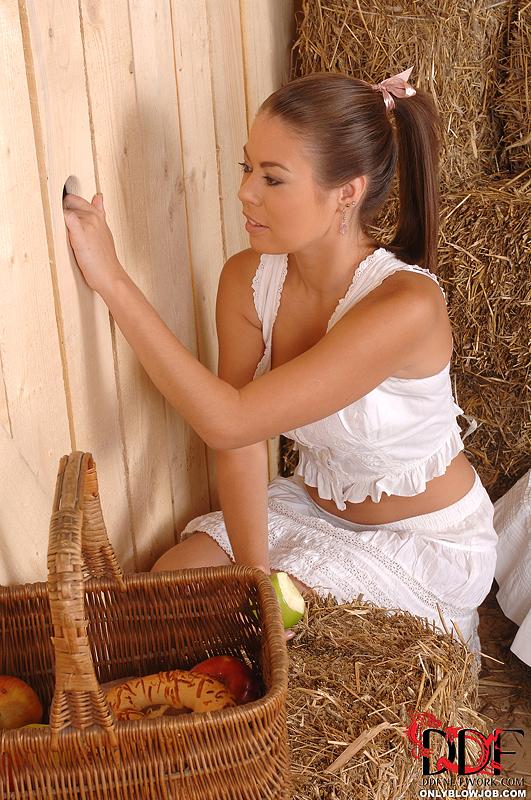 В сарае сельская телка вафлит хер торчащий из стены