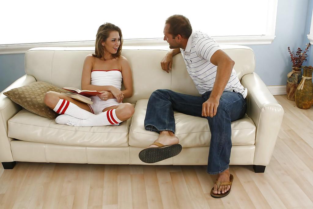 Лежащая на диване девушка позволила кончить себе на лицо
