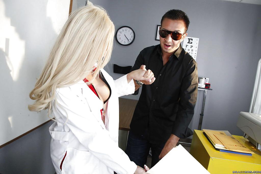 Пациент возбудил язычком похотливую медсестру у нее в кабинете