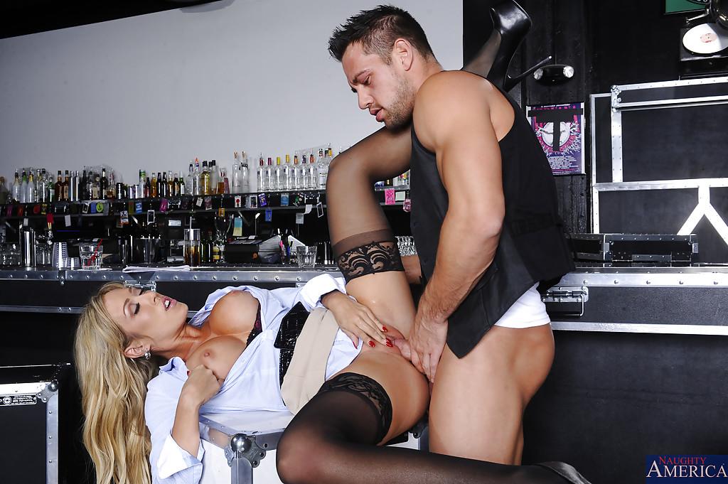 Бармен жарит сисястую администраторшу в ночном клубе