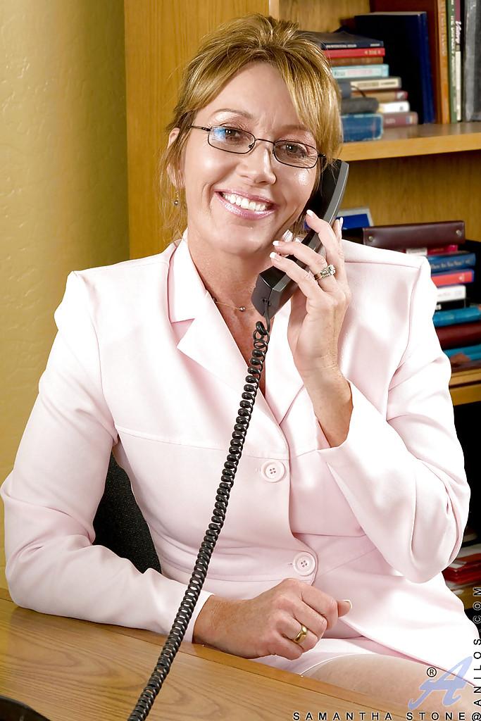 Зрелая секретарша оголила прелести на работе