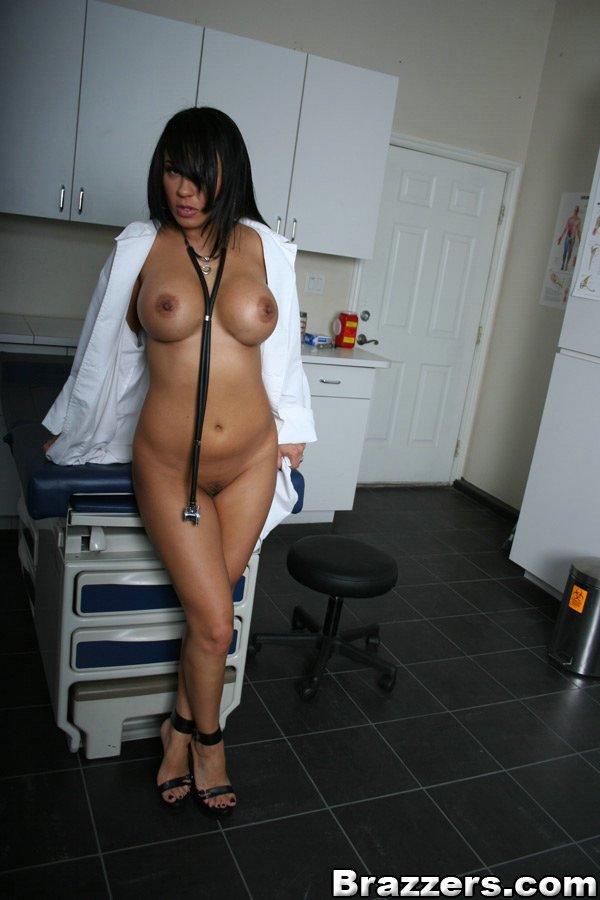 Доктор оголила силиконовые дойки в кабинете