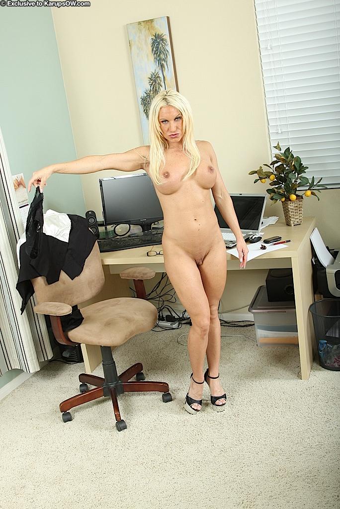 Взрослая начальница сняла всю одежду в своем кабинете секс фото