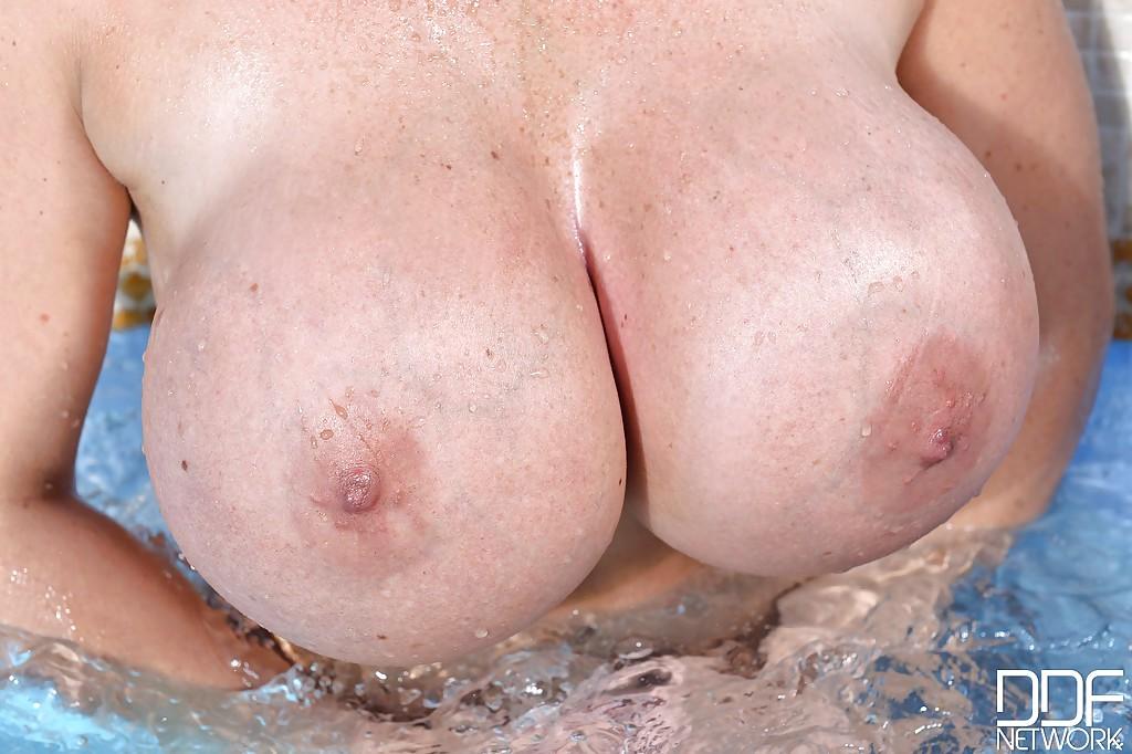 33 Летняя милфа показала большие буфера плескаясь в бассейне