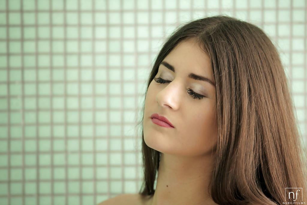 Ухоженная барышня моет голые сиськи в ванной