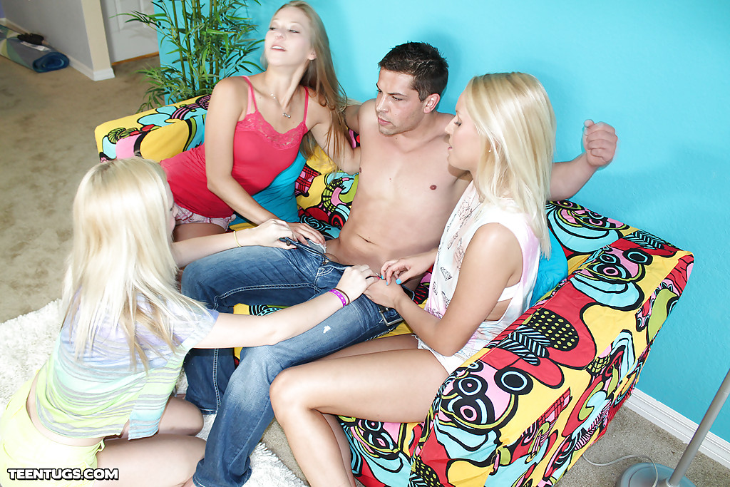 Три молодые блондинки дрочат член кавалера сидящего на диване