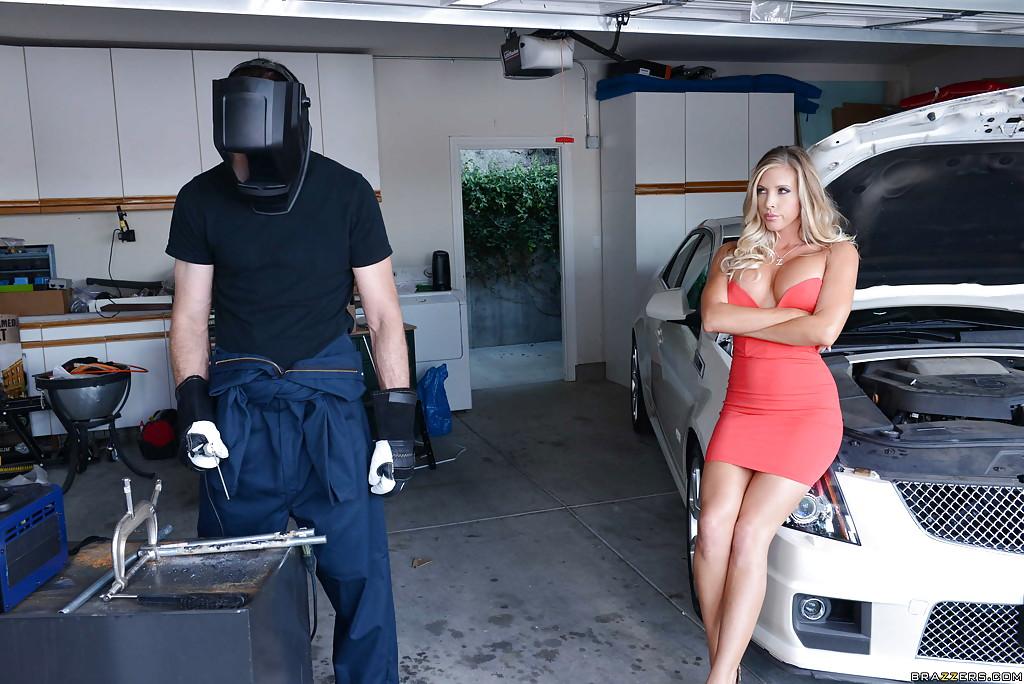 Сисястая Samantha Saint отдалась сварщику в гараже секс фото