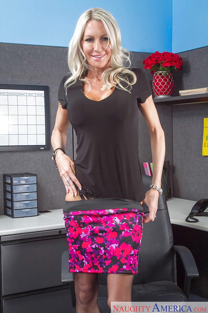 Взрослая помошница фотографируется на работе в нижнем белье