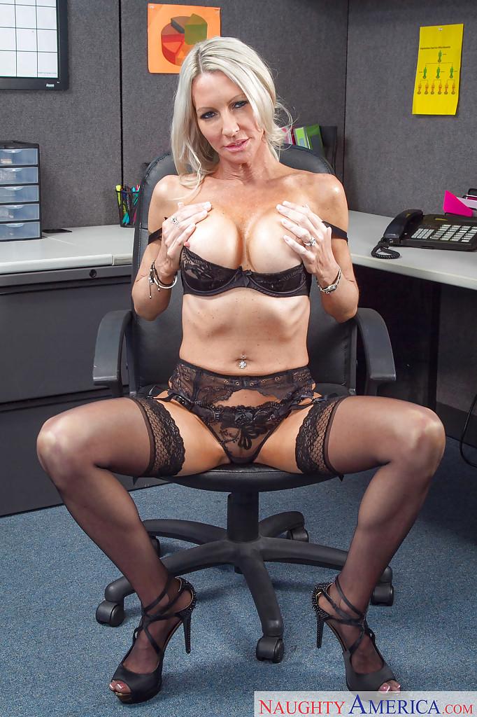 Взрослая подчиненная фотографируется на работе в красивом белье
