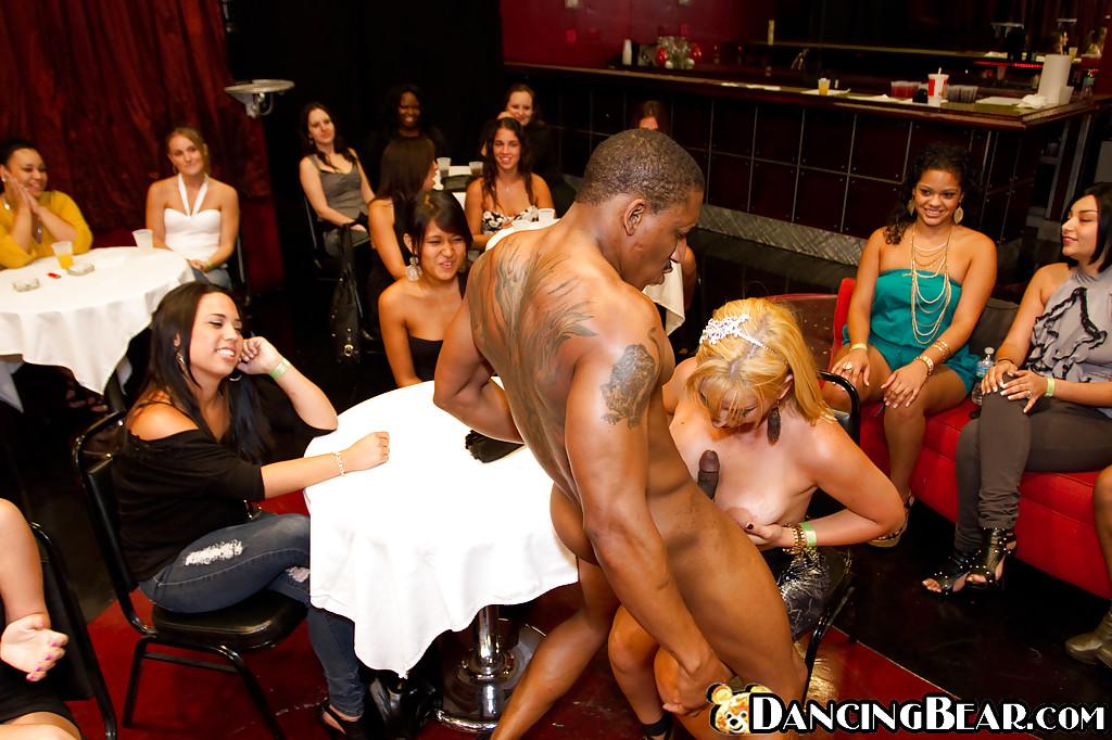 На девичнике темнокожий стриптизер дал играть со своим болтом