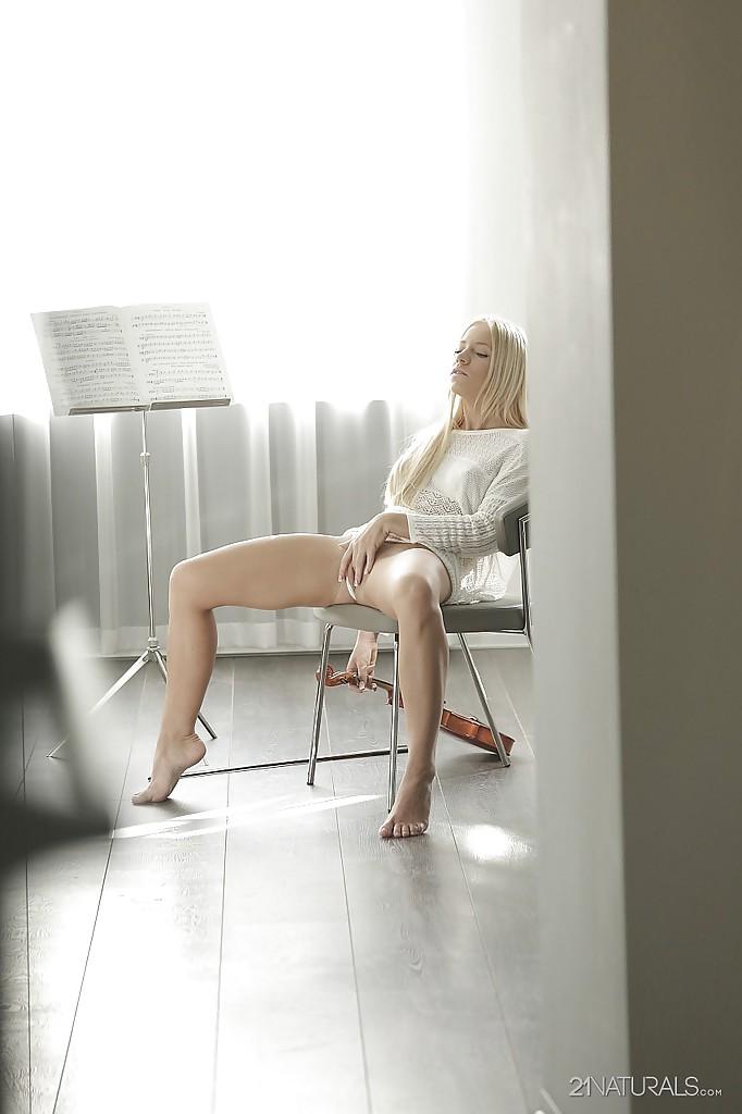 Роскошная скрипачка забавляется с клитором во время репетиции секс фото