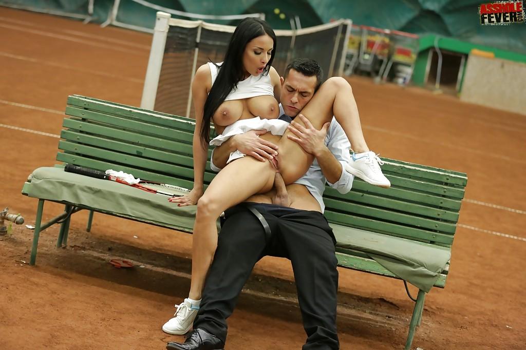 Юноша ебет в попу теннисистку на скамейке