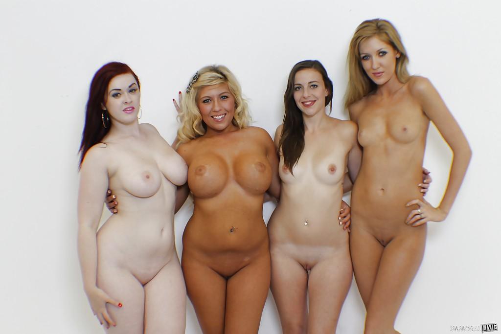 Четыре девки показала обнаженные формы возле стены