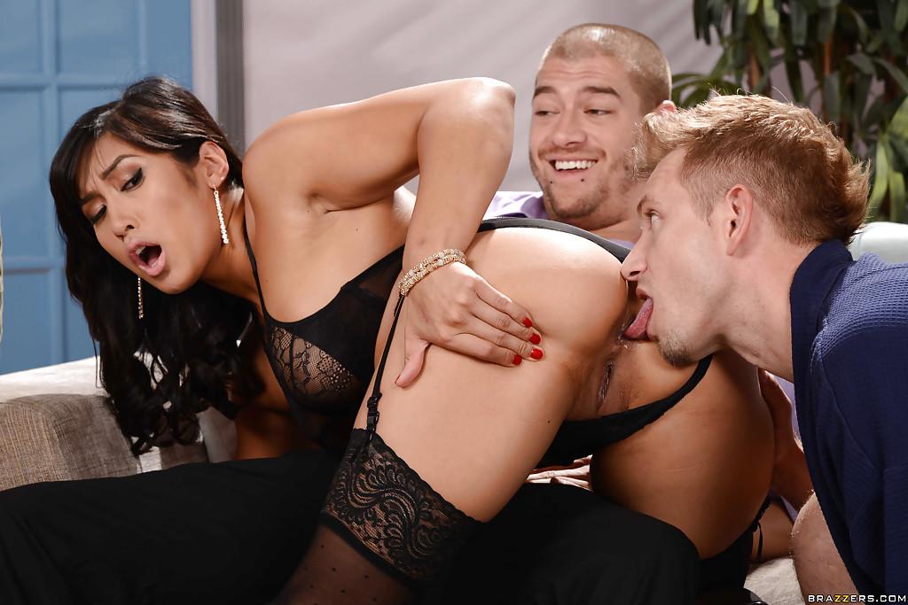 Гавайская нимфа позволила дрючить себя в анал и пизду одновременно секс фото