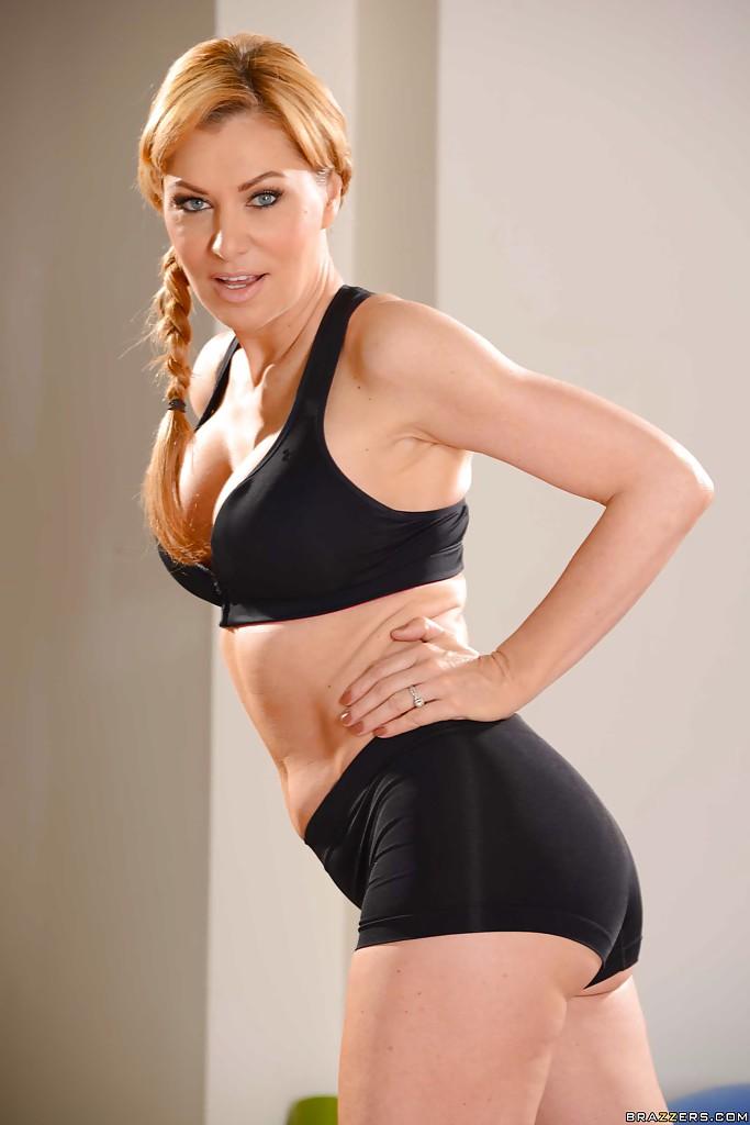 Инструкторша по фитнесу тренируется в чем мать родила в спортзале