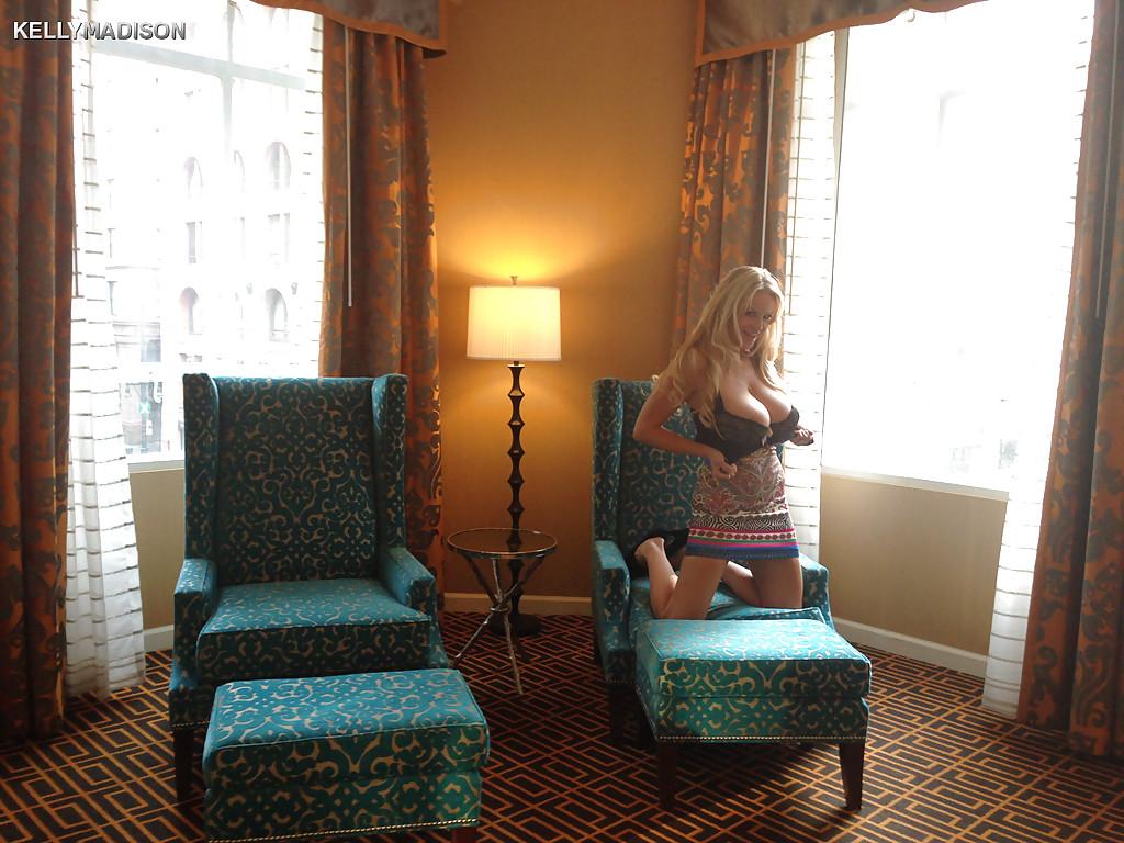 Похотливая блондинка хочет продемонстрировать большие сиськи около окна смотреть эротику