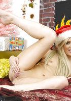 Блондинистая краля позирует на кровати в шапочке Санты 11 фотография