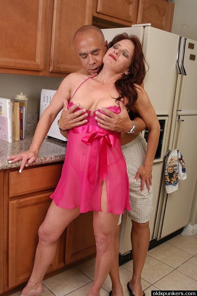 Темнокожий мужик обкончал зрелую жену на кухне