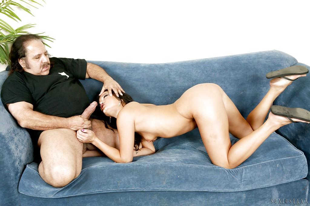 Зрелый толстяк трахает киску молодой нимфы на диване