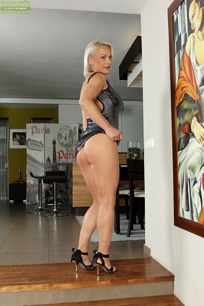 Vanessa Moore в квартире сняла с себя обтягивающее платье