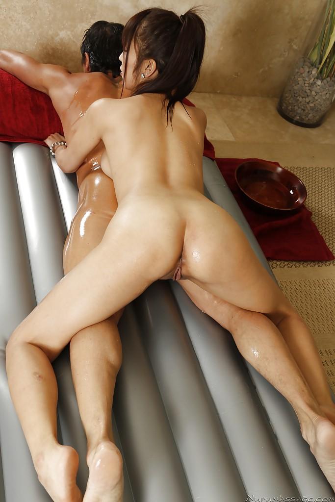 27 Летняя японка трахается с мужчиной на надувном матрасе смотреть эротику