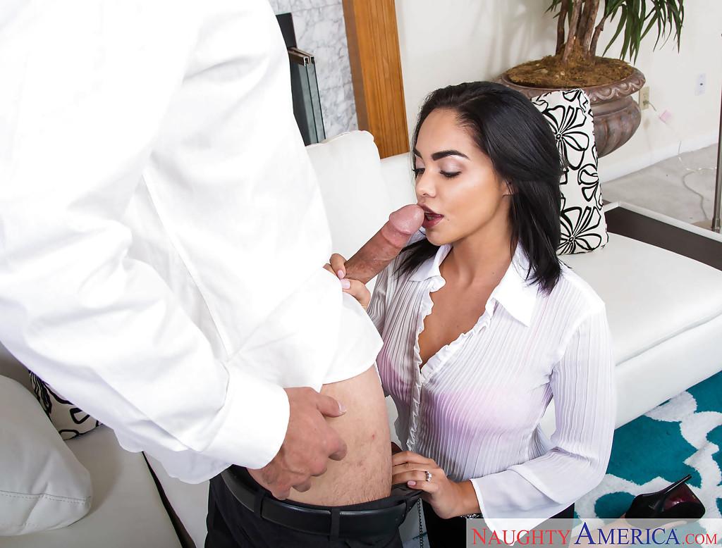 Перец кончил на лицо мулатки после орального секса