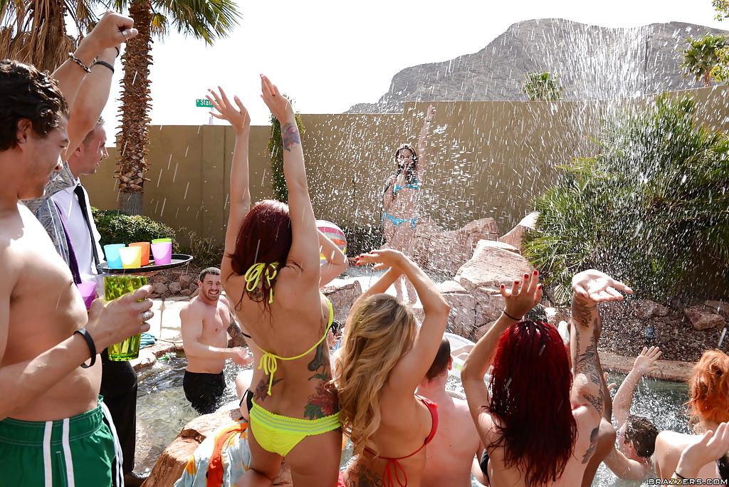 Барышни устроили групповуху на вечеринке в бассейне