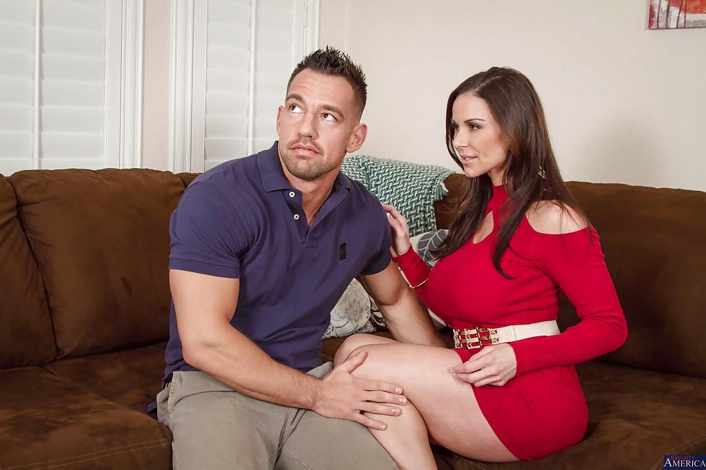 Сисястая мамка на диване трахается с мускулистым парнем