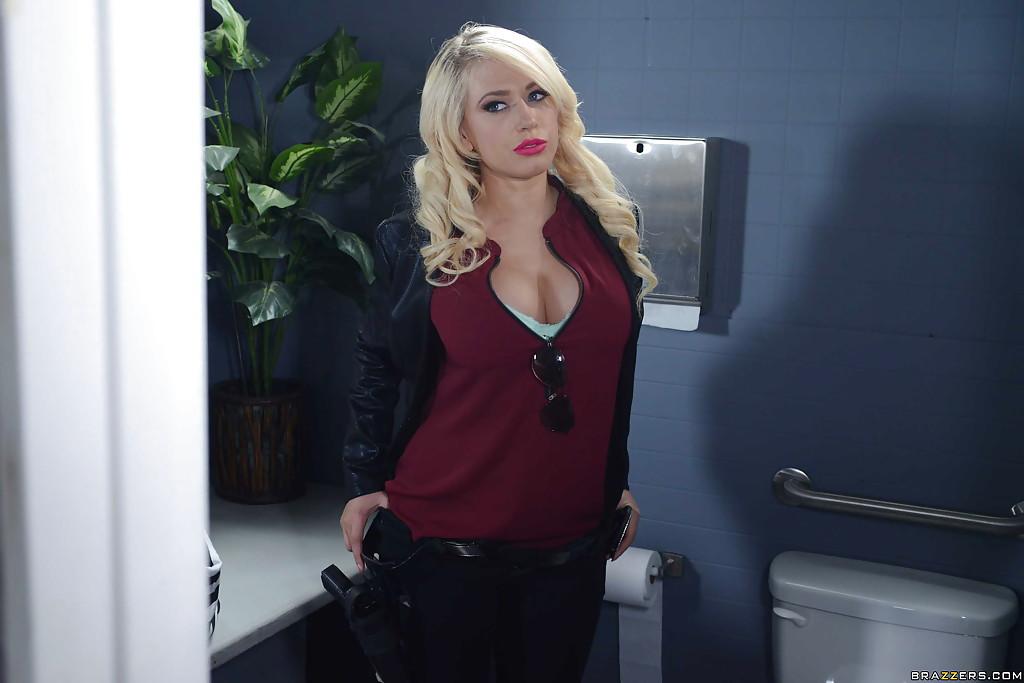 Светловолосая девушка в туалете обнажается в полицейскую униформу