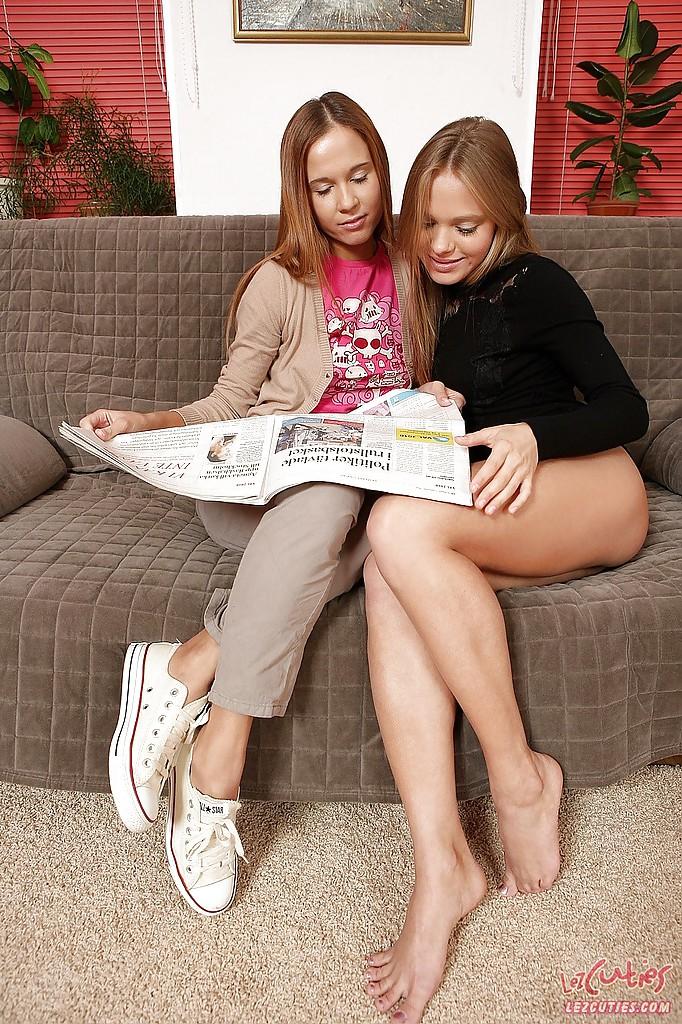 Стройная лесбиянка трахает страпоном анал молодой девушки