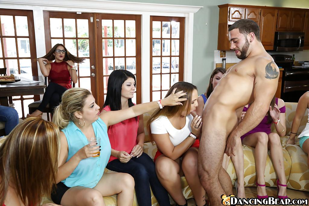 Дамочки на вечеринке радуют стриптизера минетом