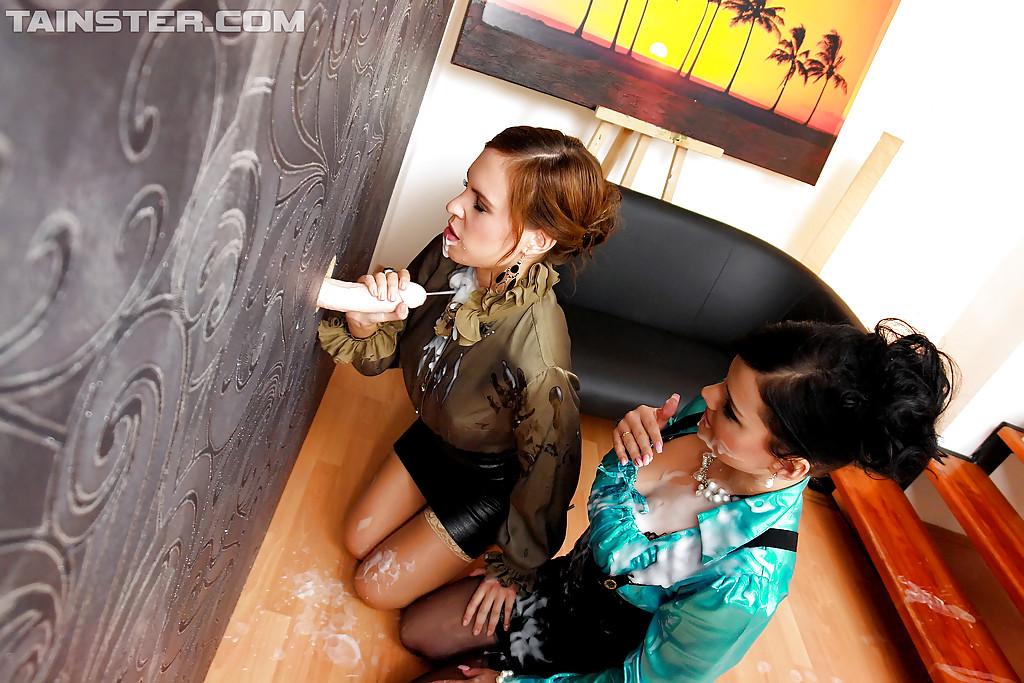 Торчащий из стены, член поливает лесбиянок искусственной спермой