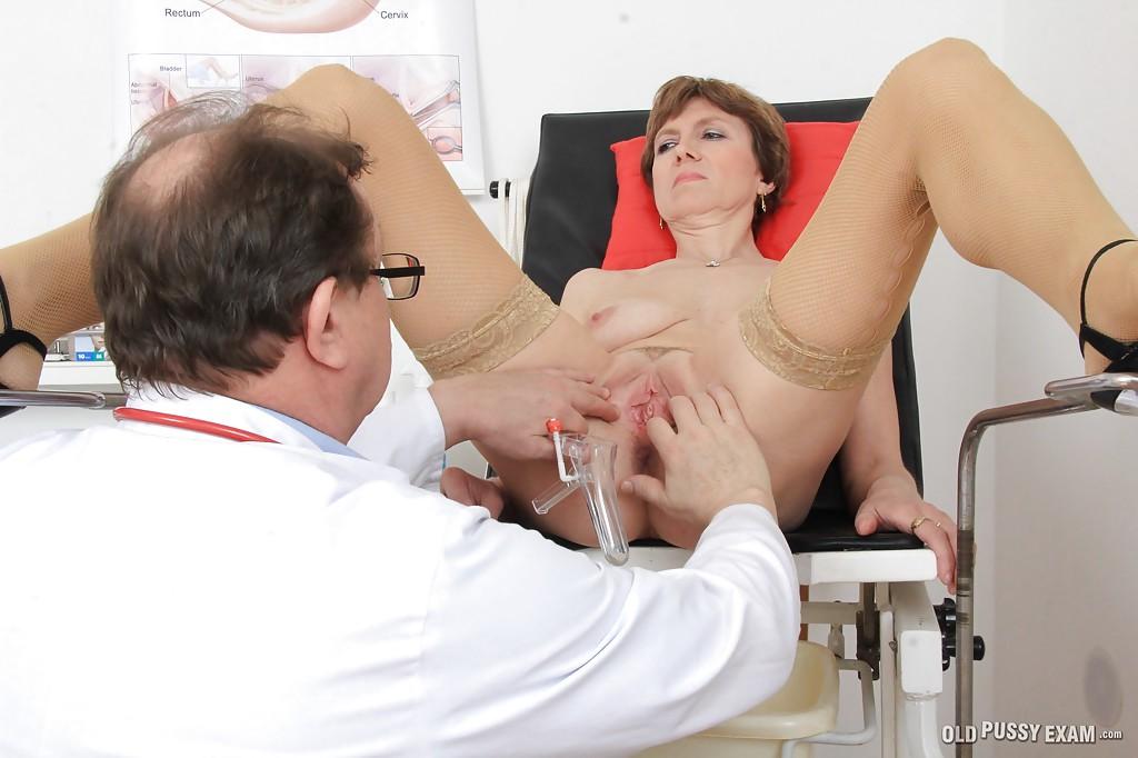 Женщина на гинекологическом кресле раздвинула ноги перед врачом