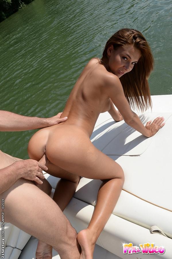 23 Летняя баба трахается с ловеласом на лодке секс фото