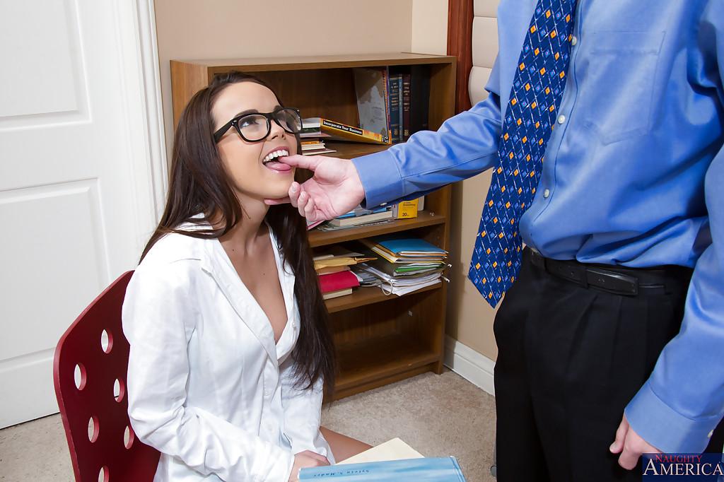 Секретарша в очках отдалась менеджеру в своем кабинете