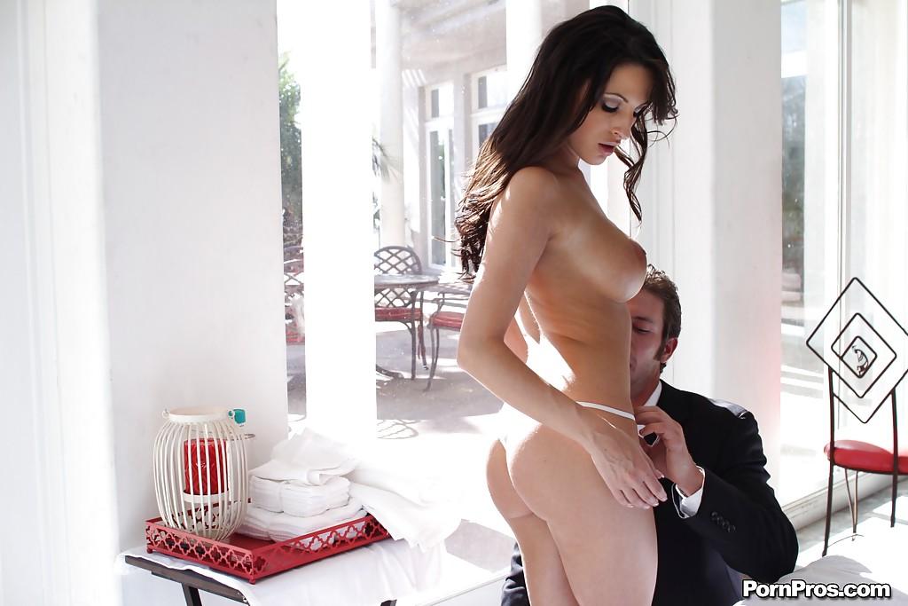 Бизнесмен ебет на диване голую бестию смотреть эротику