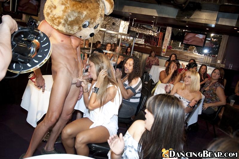 На дискотеке в баре выпившие тётки лижут писю стриптизерам