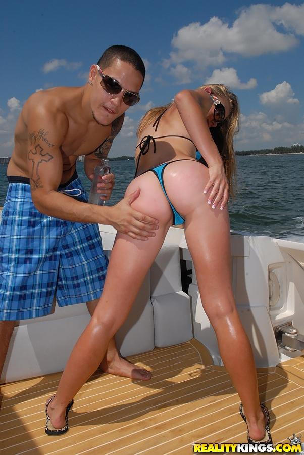 Парень на яхте трахает любовницу в анал