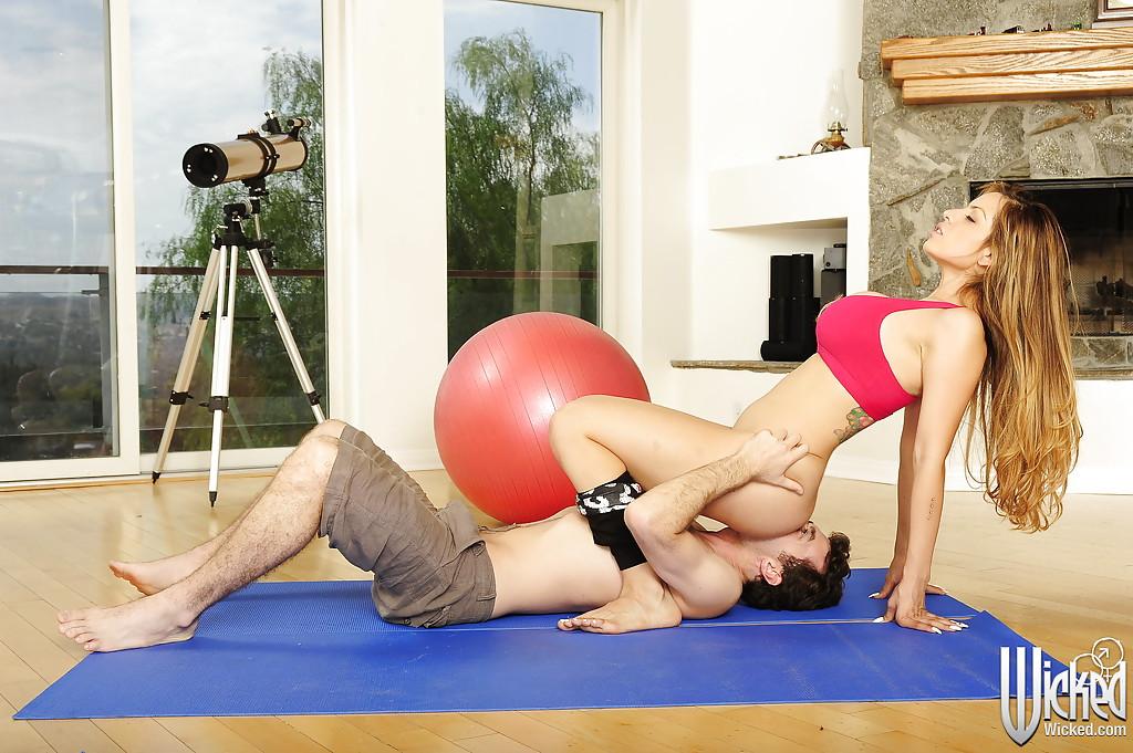 Спортсменка с большими буферами трахается на гимнастическом коврике