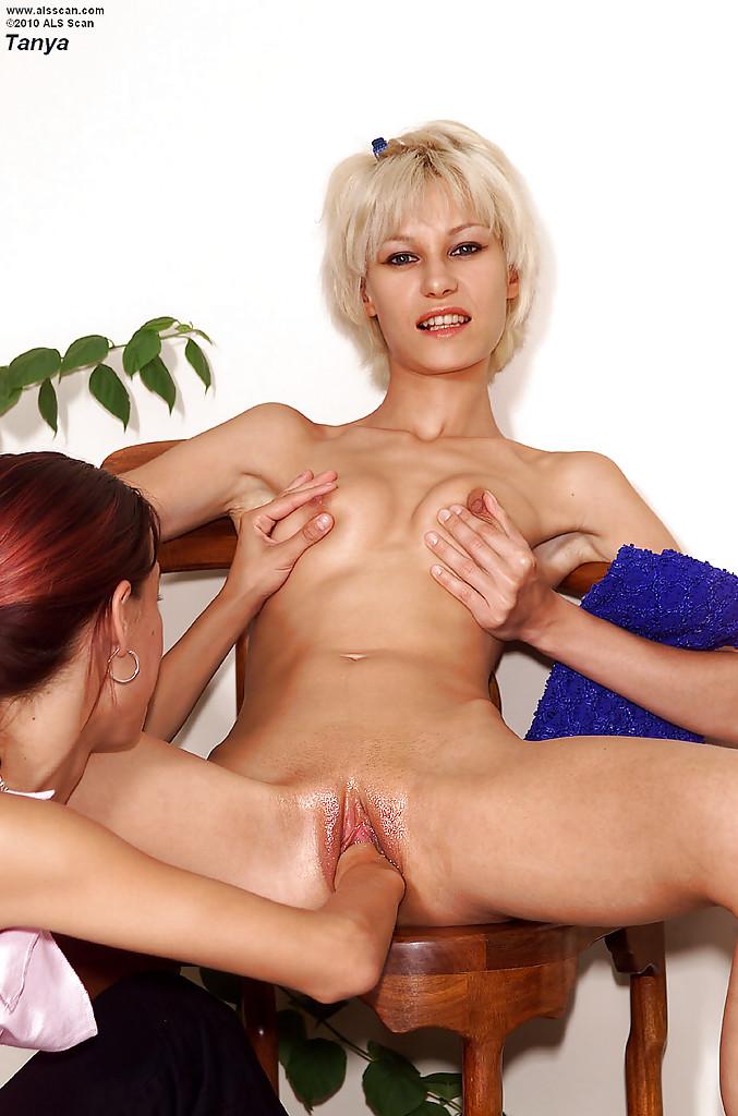 Лесбиянка трахает рукой письку худой блондинки