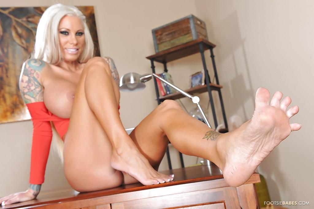 В кабинете татуированная блонда показывает большие буфера