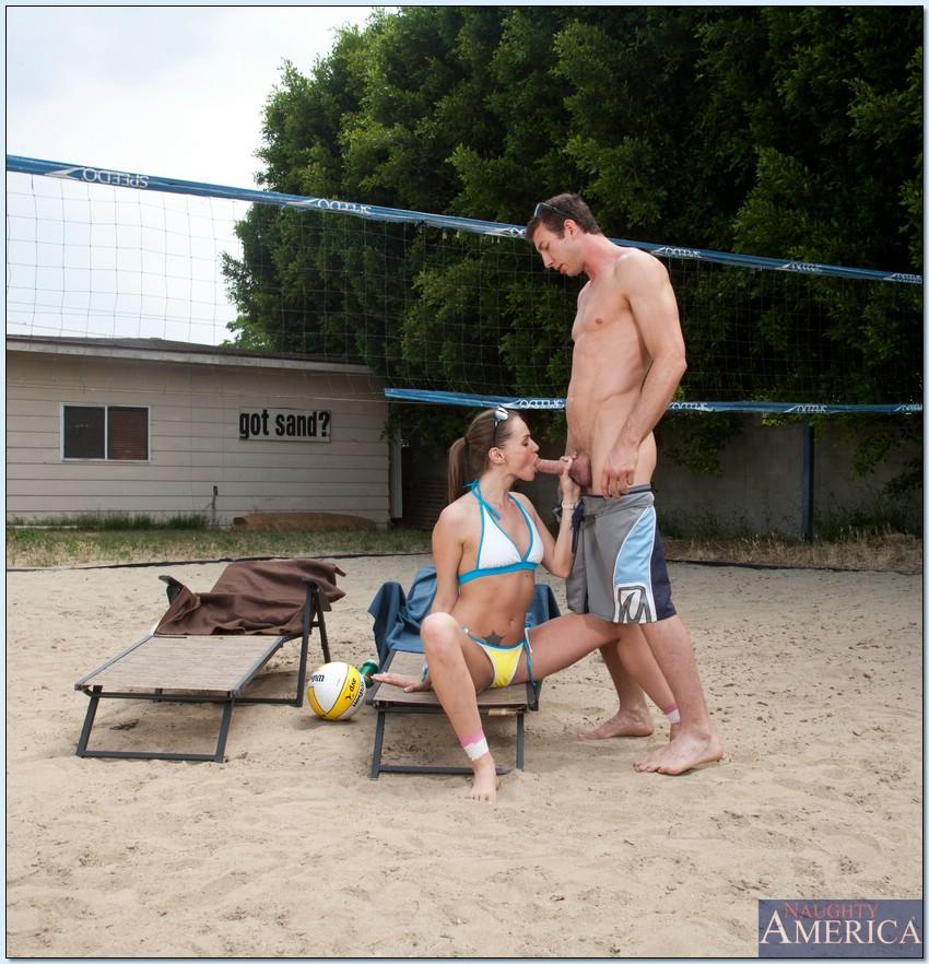 Голая волейболистка занимается любовью с типом около сетки
