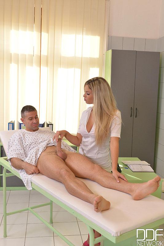 На козетке пациент жарит в попку большегрудую санитарку секс фото