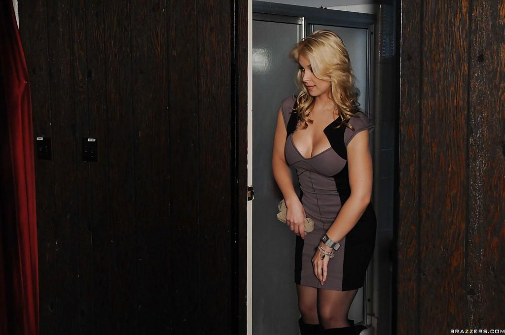 Крендель пердолит возбужденную блондинку в туалете