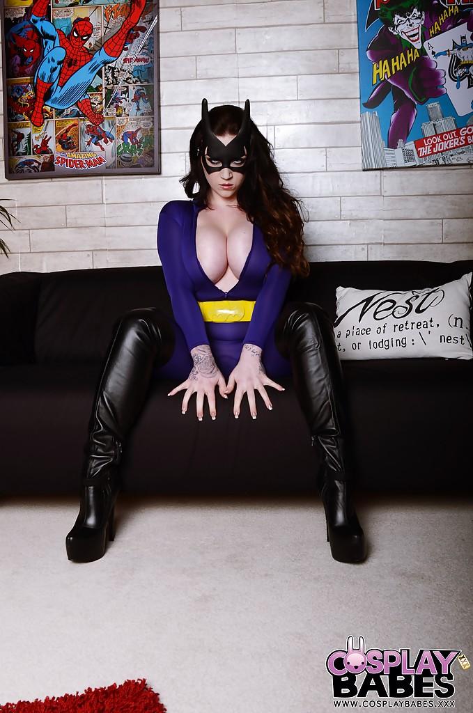 Сисястая барышня позирует в костюме супергероя