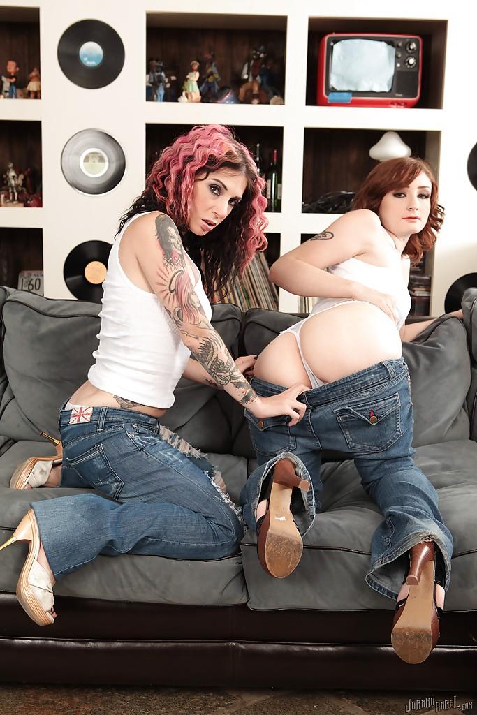 Неформалка с розовыми волосами лижет писечку подружки на диване